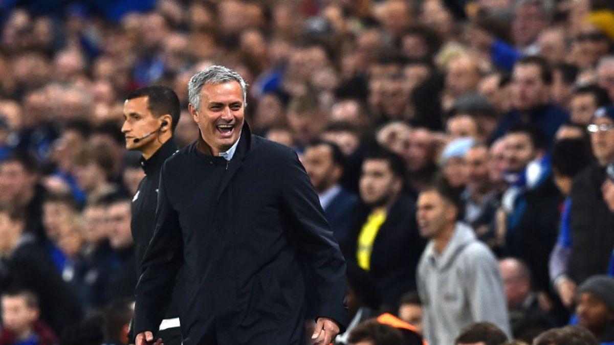 [VIDEO] José Mourinho ingresó a la cancha y cortó un contraataque en pleno partido