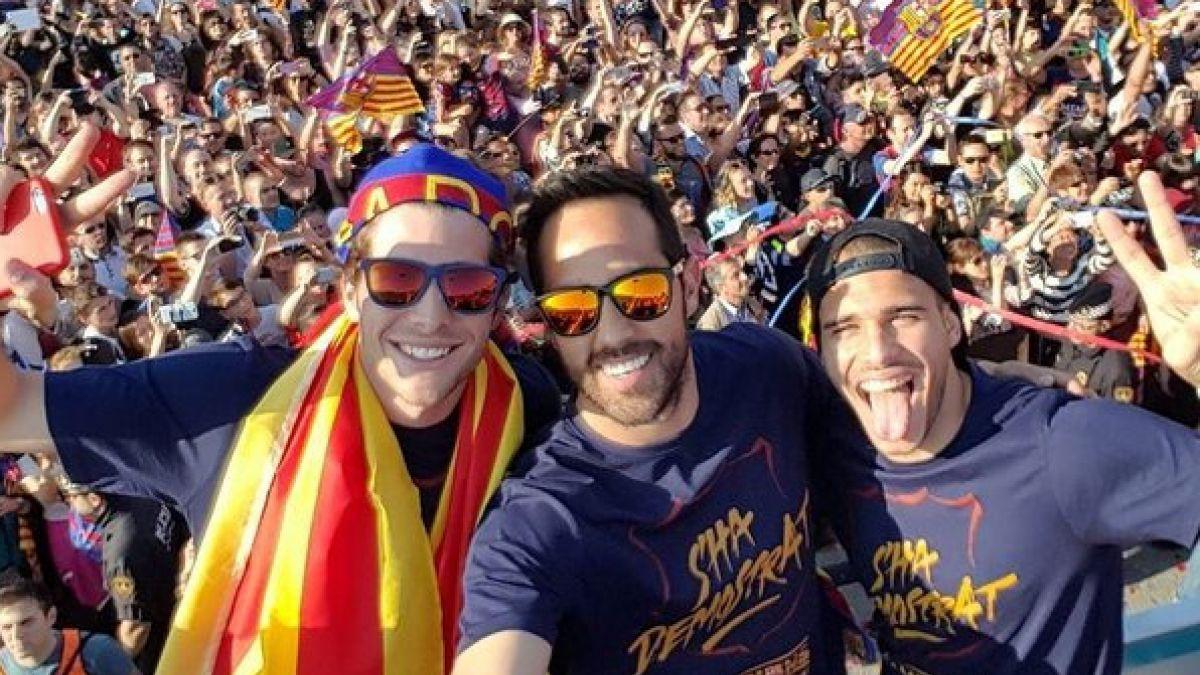 Claudio Bravo y plantel del Barcelona pasean la copa en un bus por las calles de la ciudad