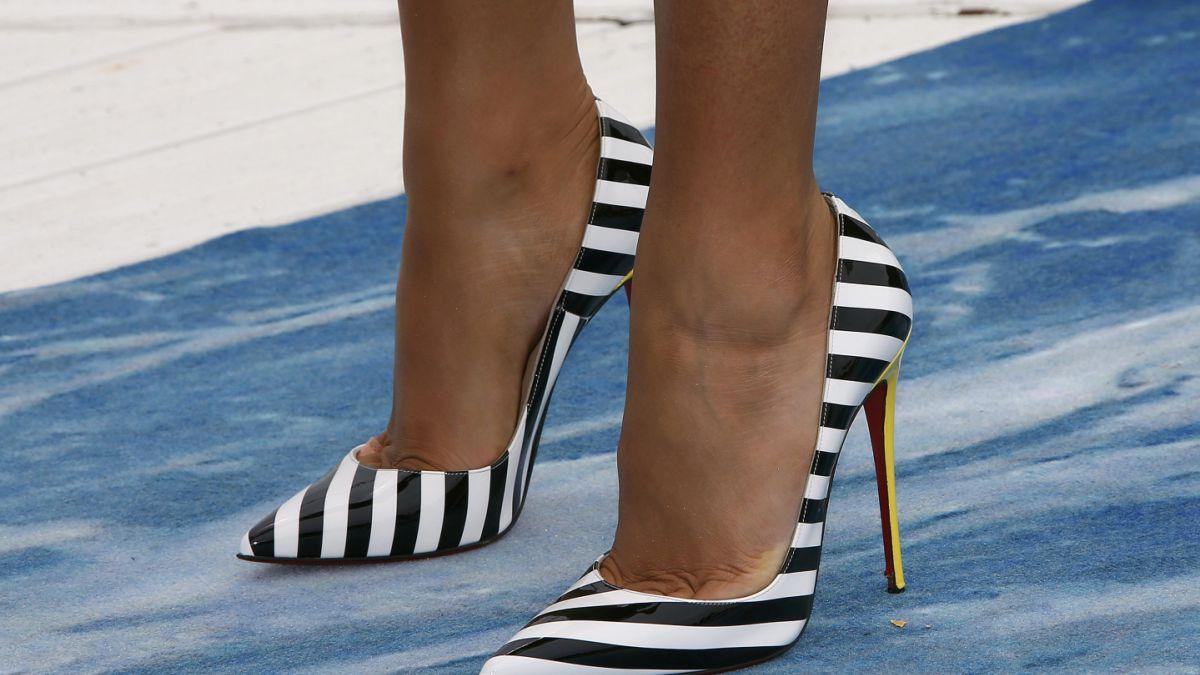 ¿Usas tacos altos todos los días  Mira los daños que estos zapatos hacen a 2a58b356edba