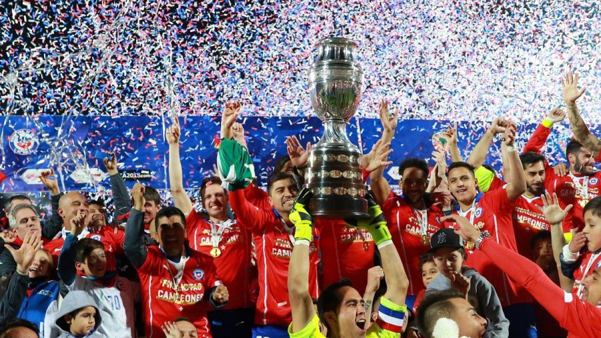 Plantel de la selección chilena recibe pago de premios por ganar la Copa América 2015
