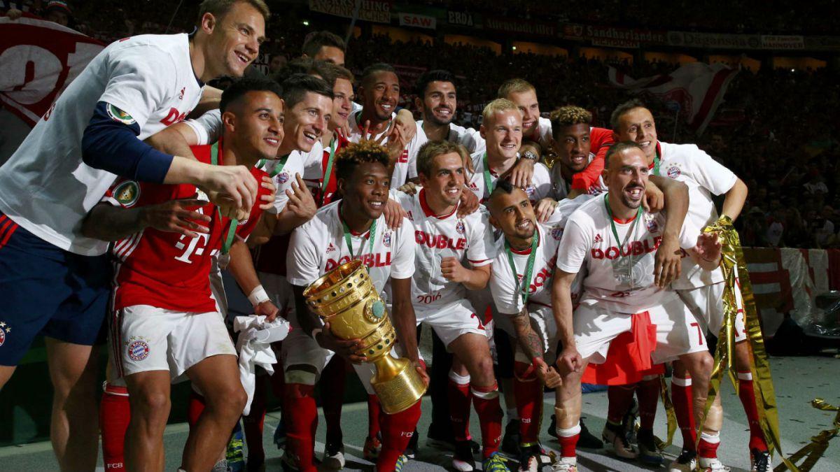 [FOTO] Arturo Vidal comparte imagen celebrando junto a la Copa de Alemania