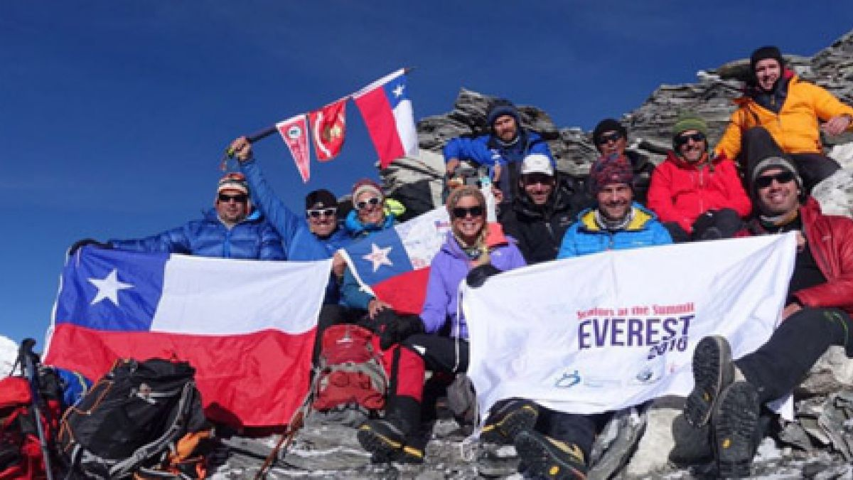 Equipo chileno coloca su bandera en la cima del Everest