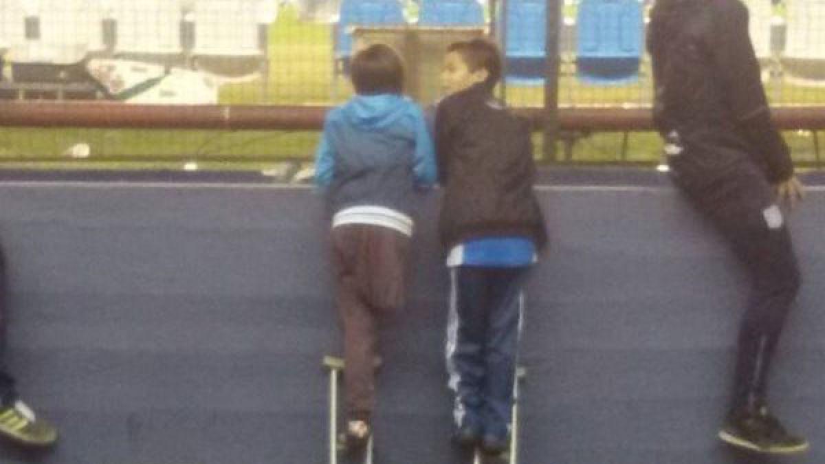 Emotiva escena: Niño de 10 años comparte su muleta con amigo para presenciar partido
