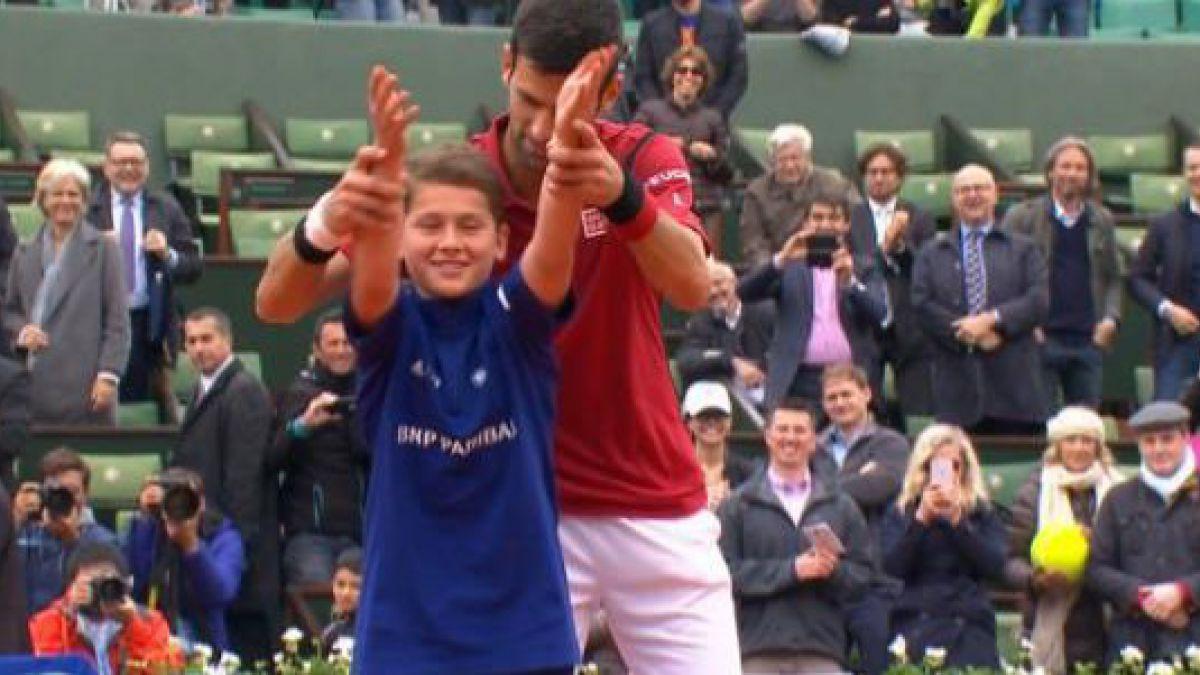 [VIDEO] El particular festejo de Novak Djokovic con un pasapelotas en Roland Garros