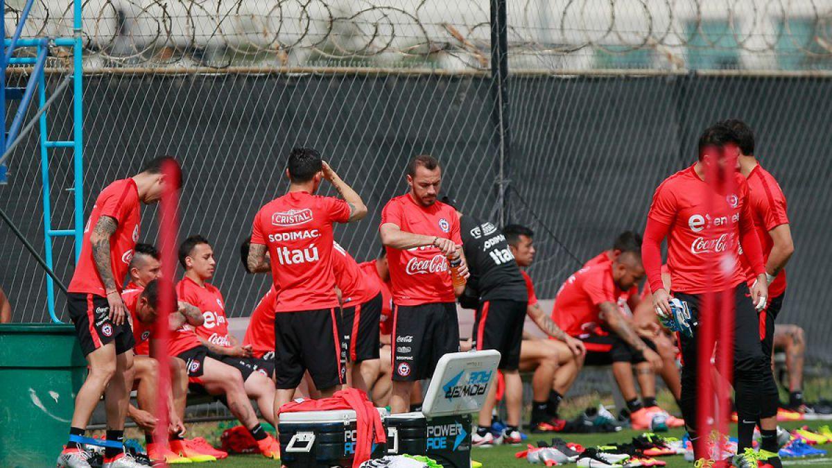 """Vidal entrena con normalidad y Orellana deja atrás estado febril en """"La Roja"""""""