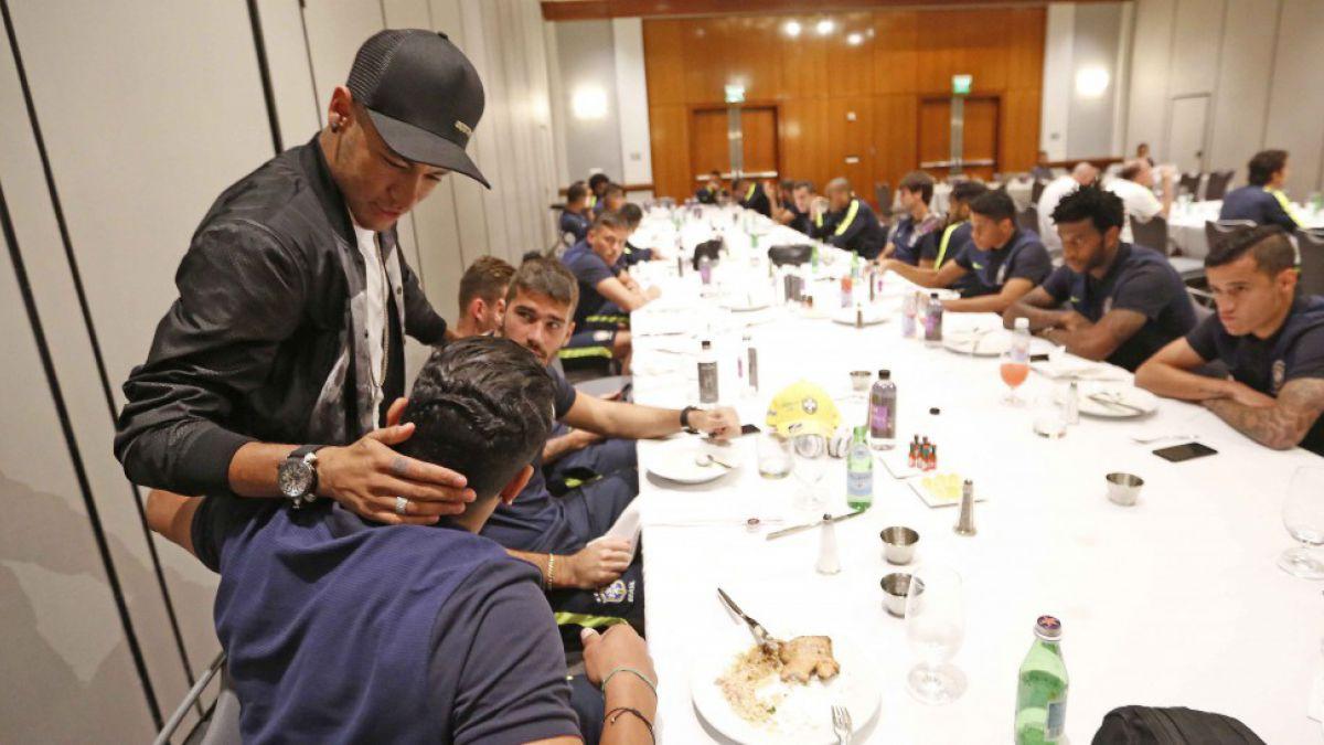Neymar visita a sus compañeros de Brasil en la previa del encuentro ante Ecuador