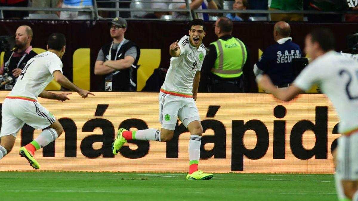 México derrota en la agonía a Uruguay en un caliente y polémico partido