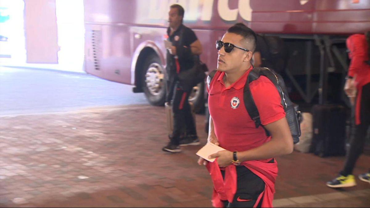 En un completo silencio La Roja arriba a su hotel en Boston