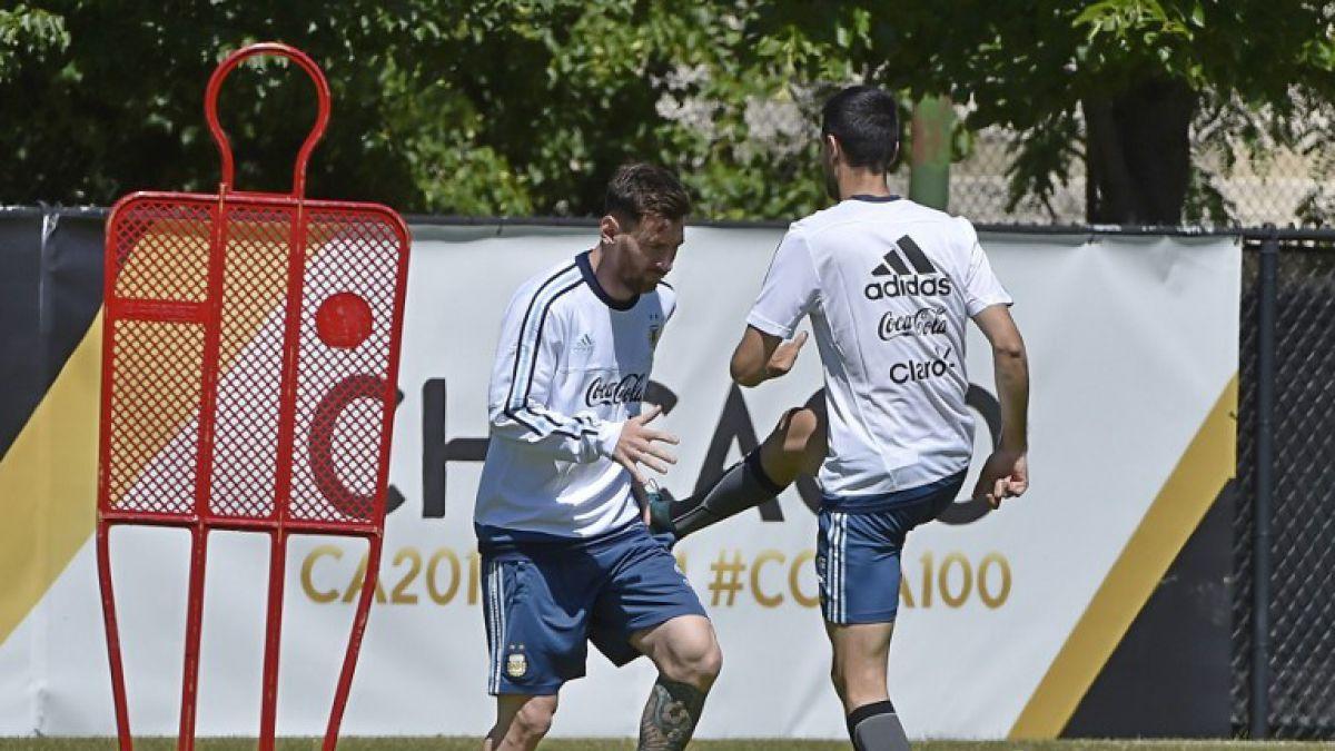 [VIDEO] Aficionada se lanza sobre Messi y termina rasguñando al jugador