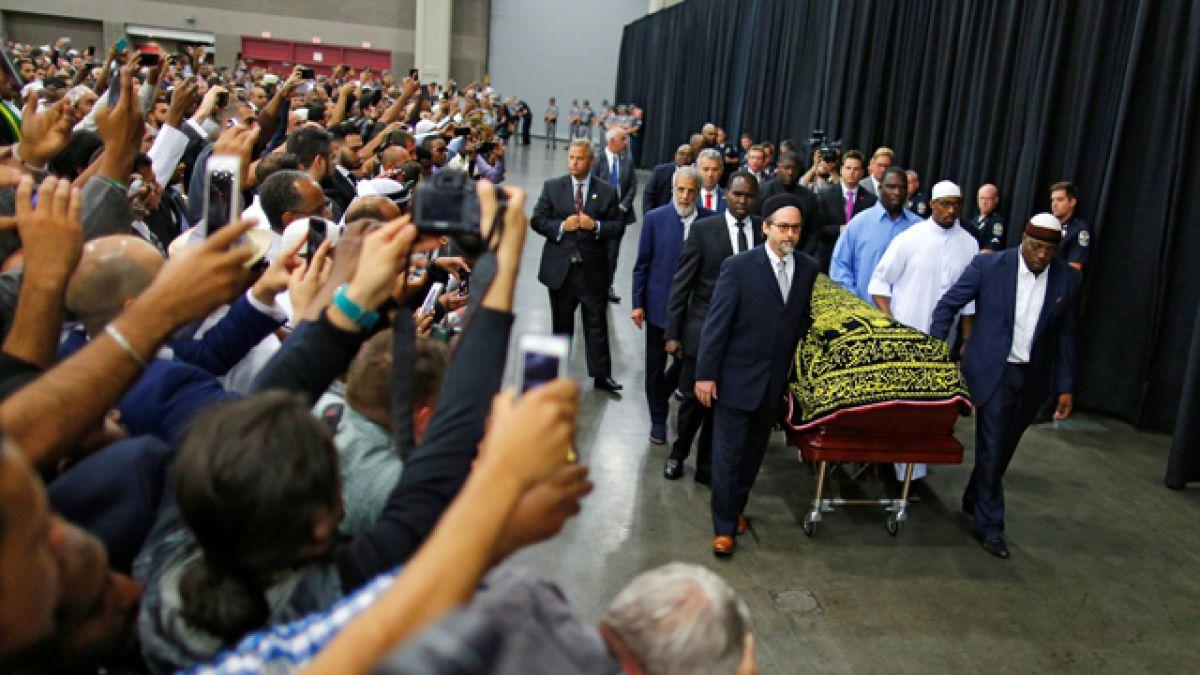 Miles de musulmanes rezan en el penúltimo adiós a Mohamed Alí