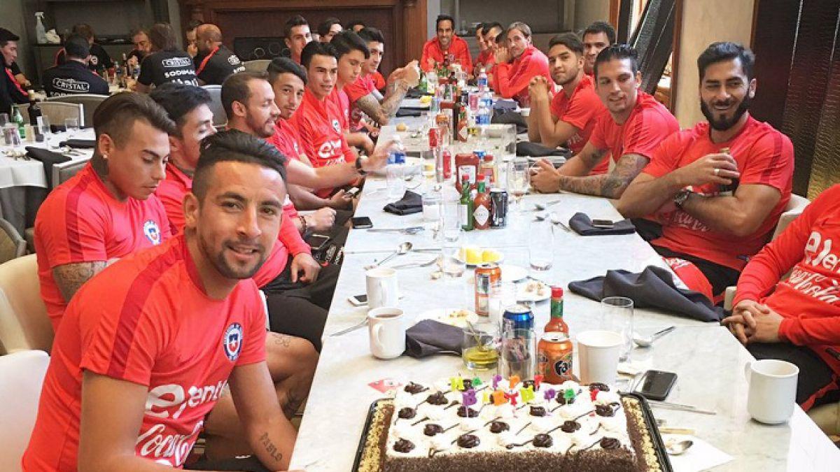 """[VIDEO] Así fue el festejo del plantel de """"La Roja"""" a Mauricio Isla en su cumpleaños"""