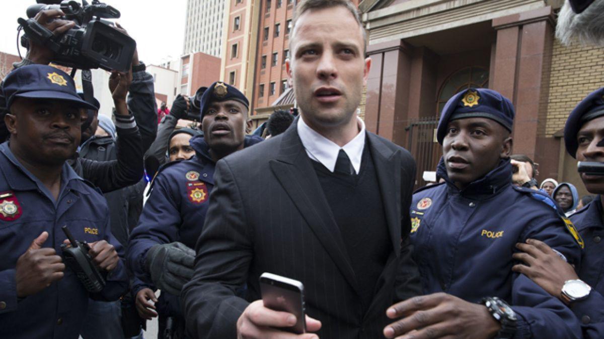 Padre de novia de Pistorius reclama que atleta pague por su crimen