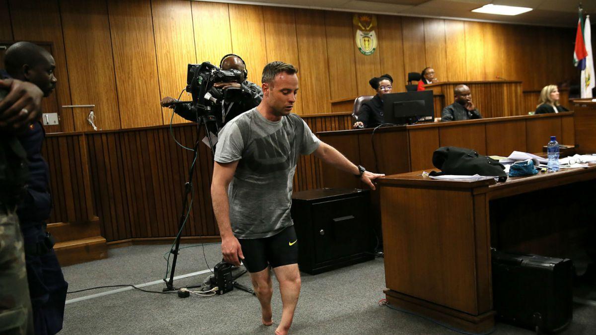 Corte obliga a Oscar Pistorius a caminar sin sus prótesis para recrear crimen de su novia