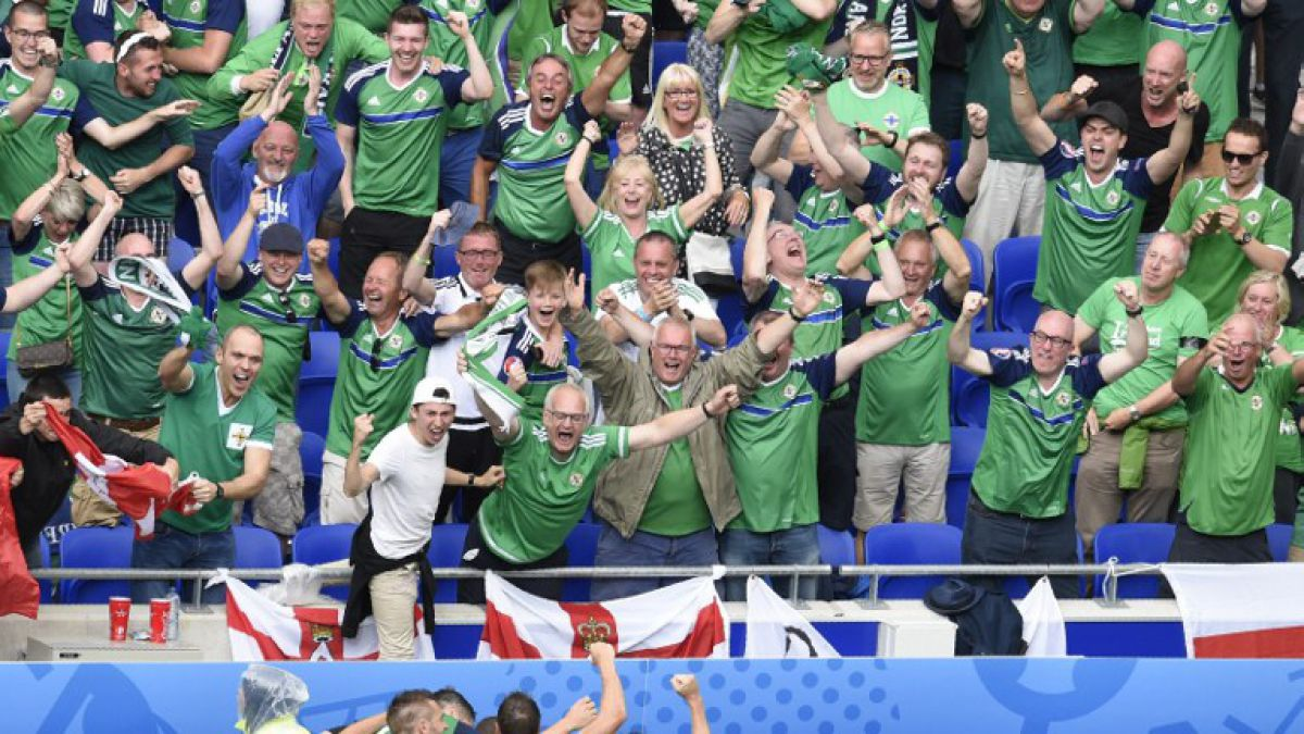 Hincha de Irlanda del Norte fallece de un ataque al corazón en la tribuna en triunfo ante Ucrania