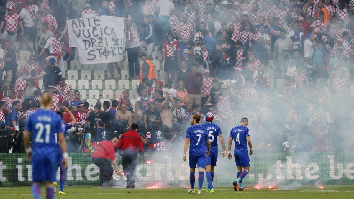 Hinchas croatas lanzan bengalas al campo e interrumpen el República Checa-Croacia
