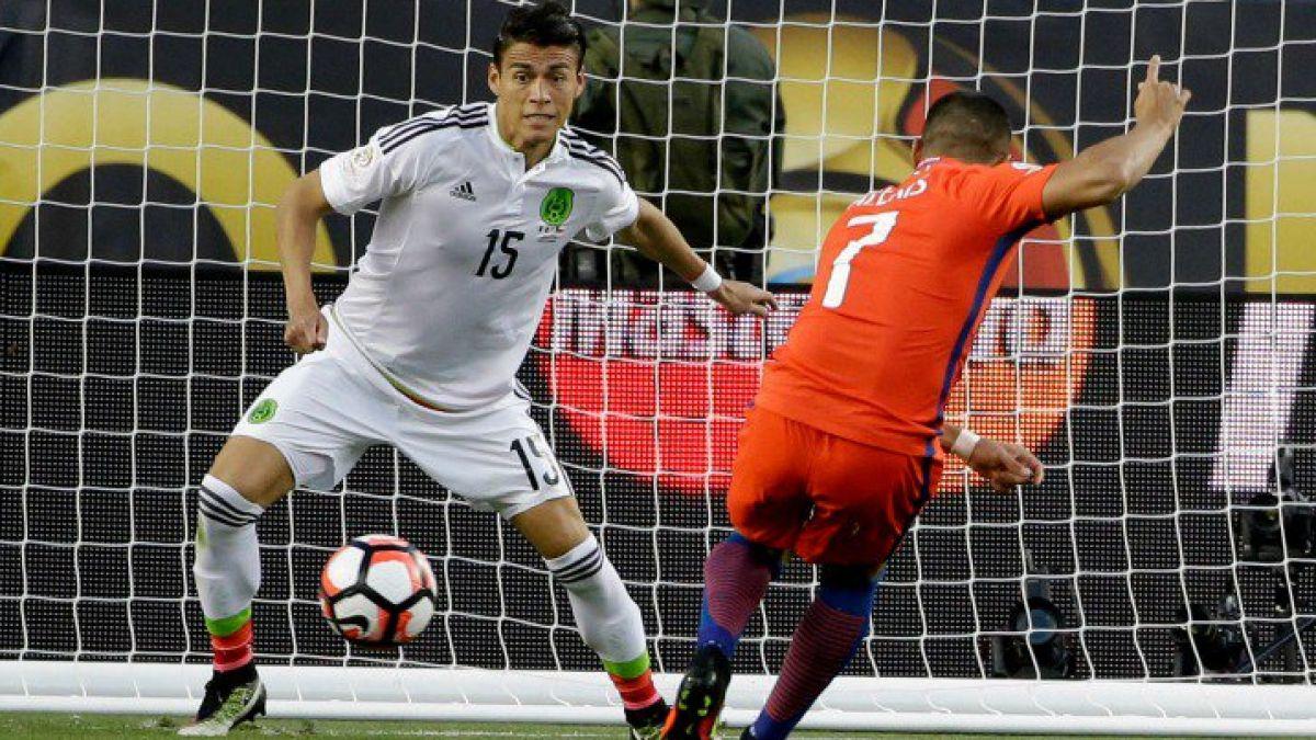 Defensor mexicano agradece a los jugadores de La Roja pese al histórico 7-0 en California