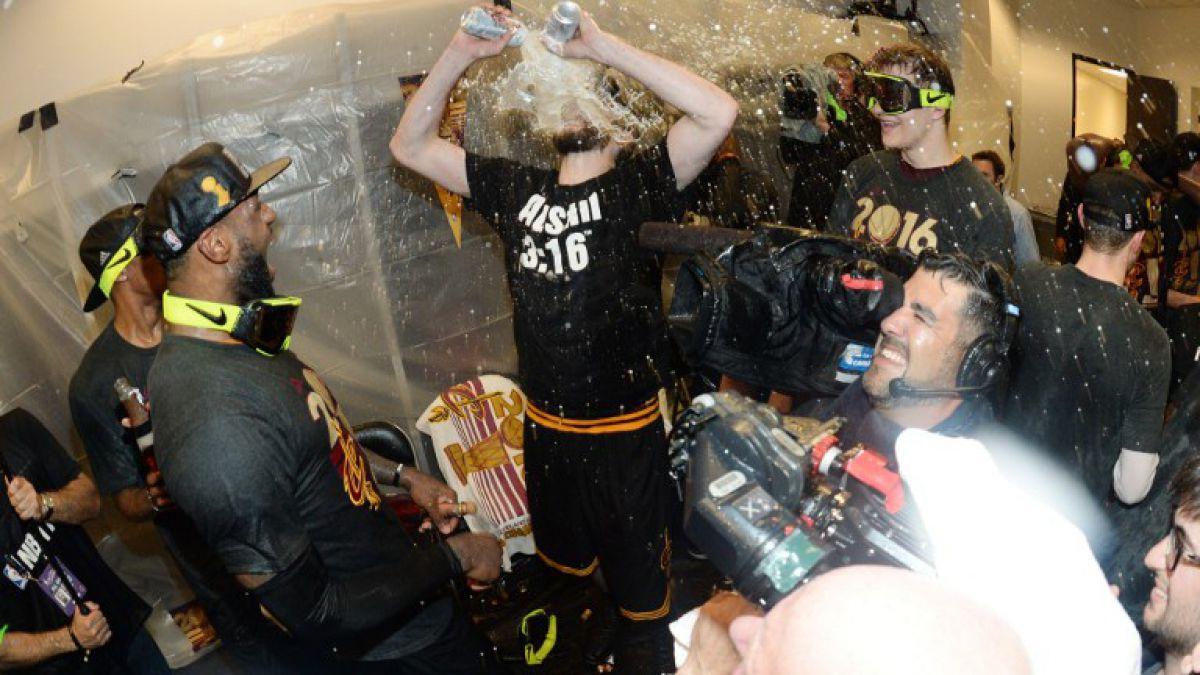 Jugador campeón de la NBA celebró título emulando a leyenda de la WWE