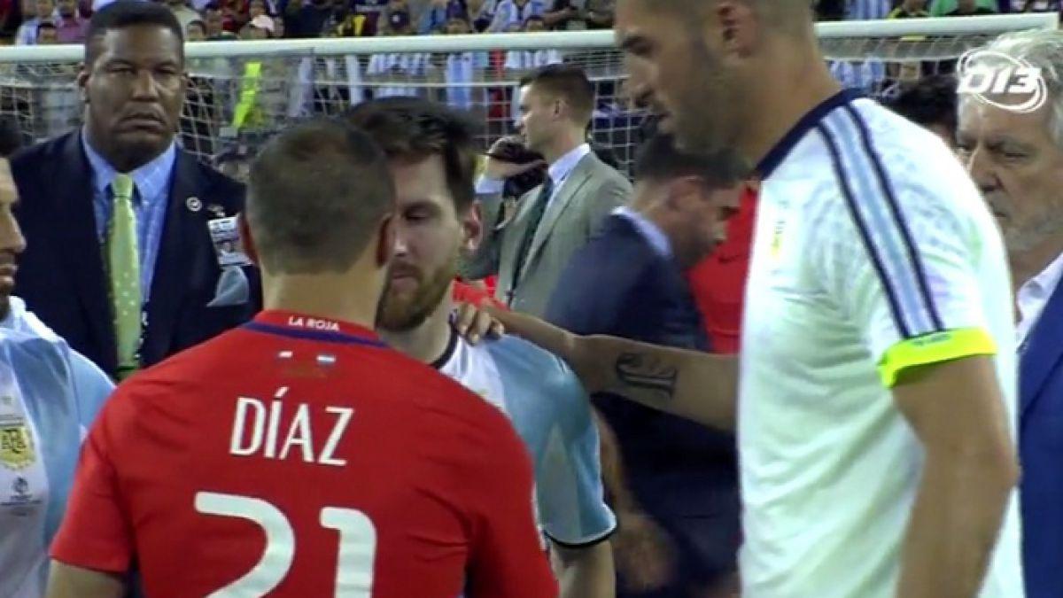 """[VIDEO] Marcelo Díaz se acercó a consolar a Messi en medio del festejo de """"La Roja"""""""