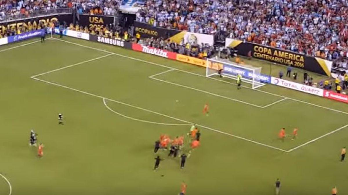 [VIDEO] El desconsolado llanto de una mujer chilena desde las tribunas del estadio en Nueva York