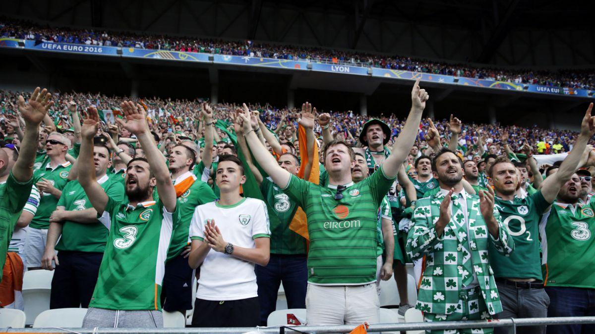 Hinchas de Irlanda reciben medalla en París por su particular comportamiento en la Euro