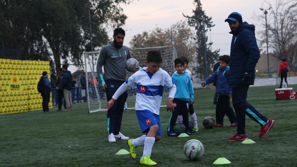 Plantel de la UC comparte con niños de Peñalolén durante actividad social