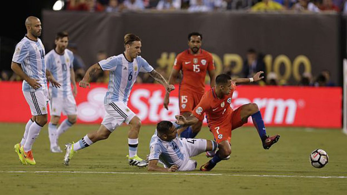 """Defensa argentino que lesionó a Alexis: """"Le pedí disculpas una vez que terminó el partido"""""""