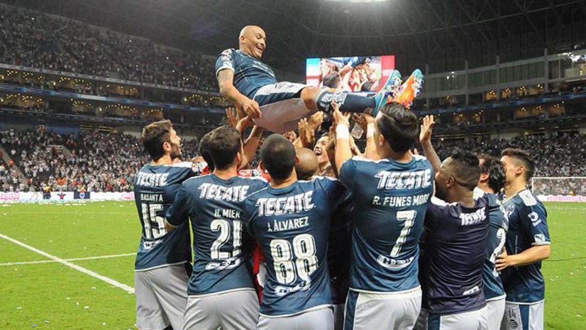 """[VIDEO] """"Chupete"""" Suazo recibe emotivo homenaje del Monterrey en su adiós del fútbol"""