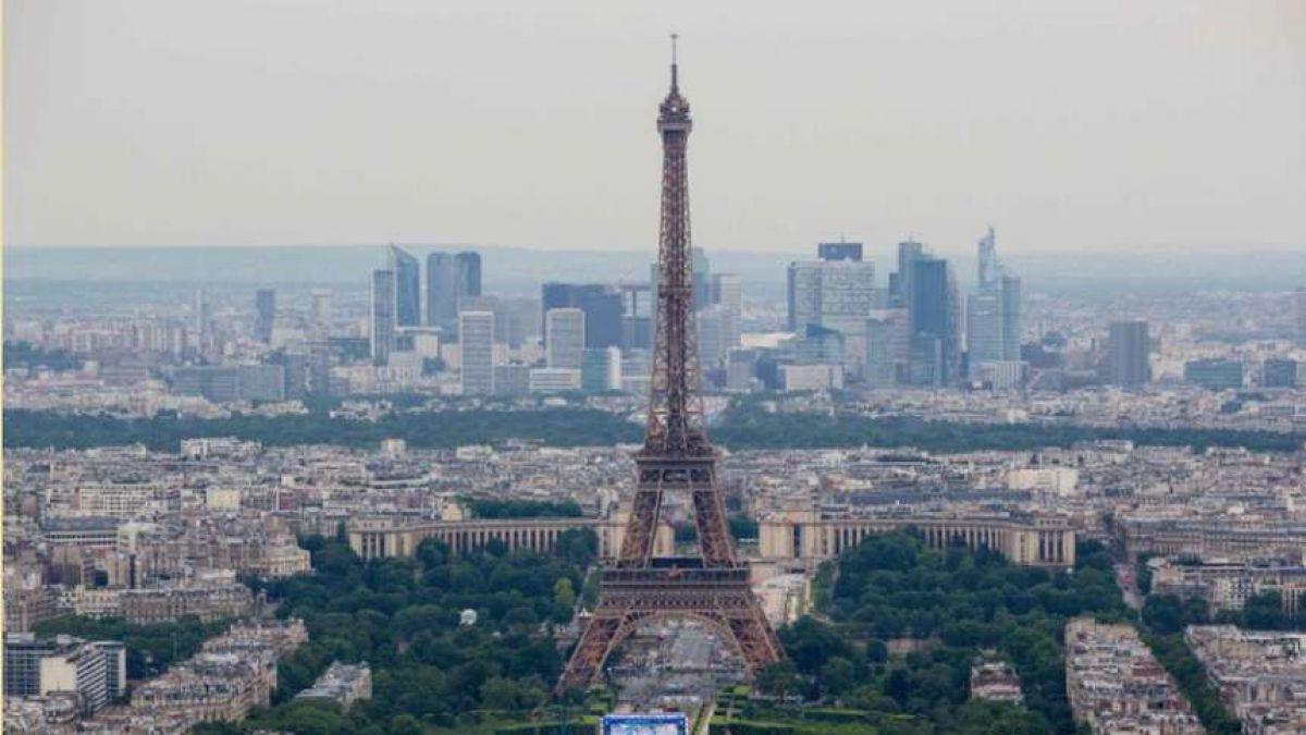 [FOTOS] Las impresionantes imágenes del contraste en la Torre Eiffel durante la final de la Euro