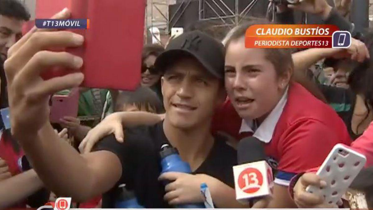 [VIDEO] Alexis Sánchez causa emoción de una fanática y recibe galardón en Tocopilla