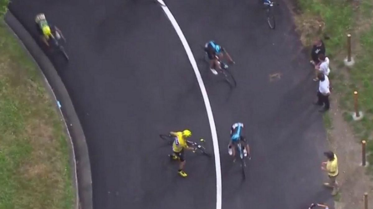 [VIDEO] Froome sube al podio con venda en la rodilla tras sufrir dura caída en el Tour de Francia