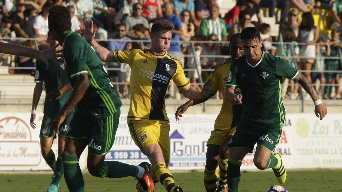 Felipe Gutiérrez debuta en Betis en duelo marcado por gol desde mitad de cancha