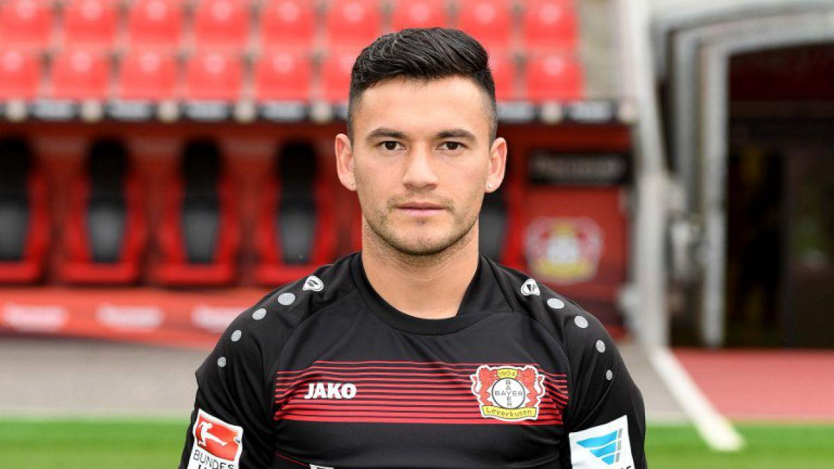 Charles Aránguiz lució nueva camiseta del Bayer Leverkusen en fotografía oficial del equipo