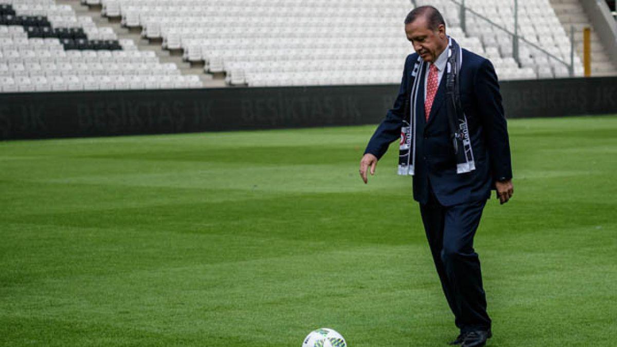 Turquía destituye a 94 árbitros y funcionarios de Federación de fútbol tras golpe