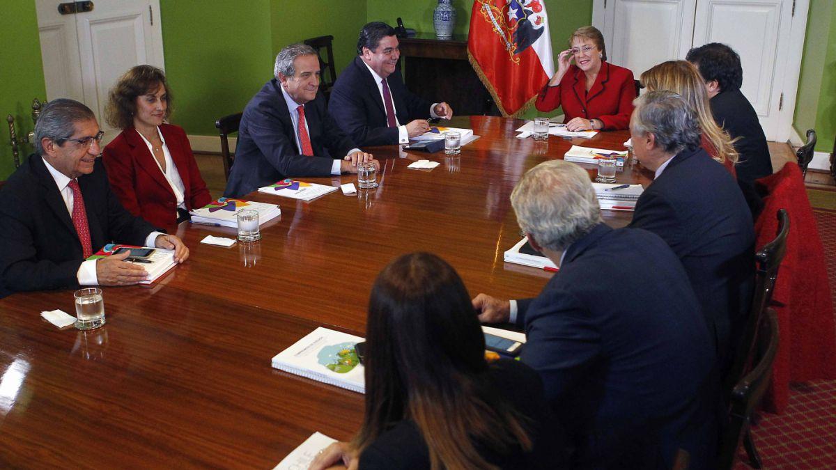 Bachelet recibe a empresarios para discutir reformas a las pensiones