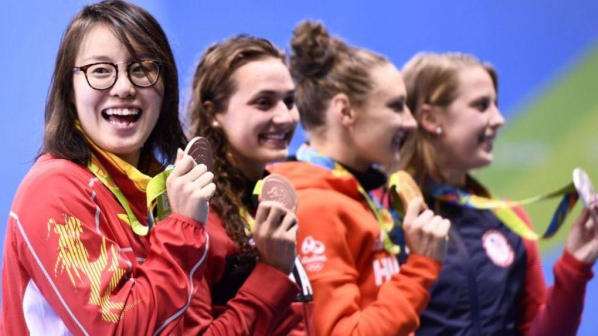 La sonrisa de satisfacción de Fu Yuanhui (izquierda) tras ganar la medalla de bronce en la categoría de 100 metros espalda.