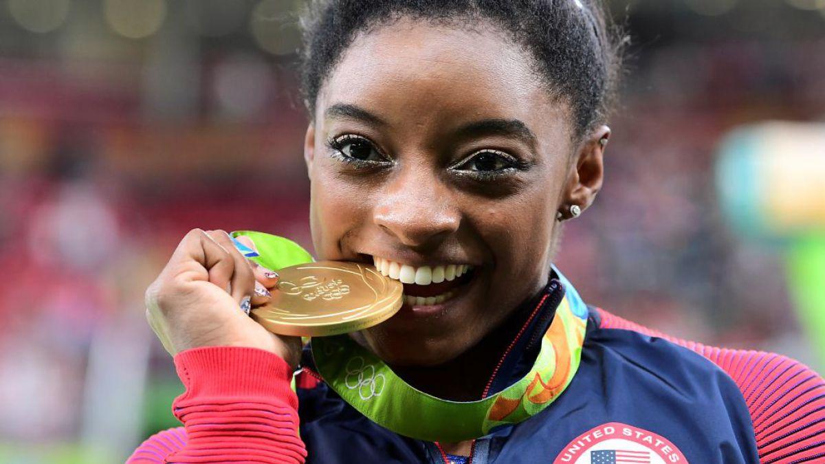 La razón por la que los atletas muerden sus medallas olímpicas