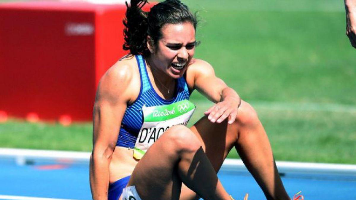 El triste final de la historia de la corredora que tropezó y llegó a la meta ayudada por su rival