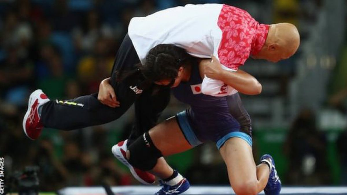 Risako Kawai celebró su triunfo levantando sobre sus hombros a Kazuhito Sakae, su entrenador.