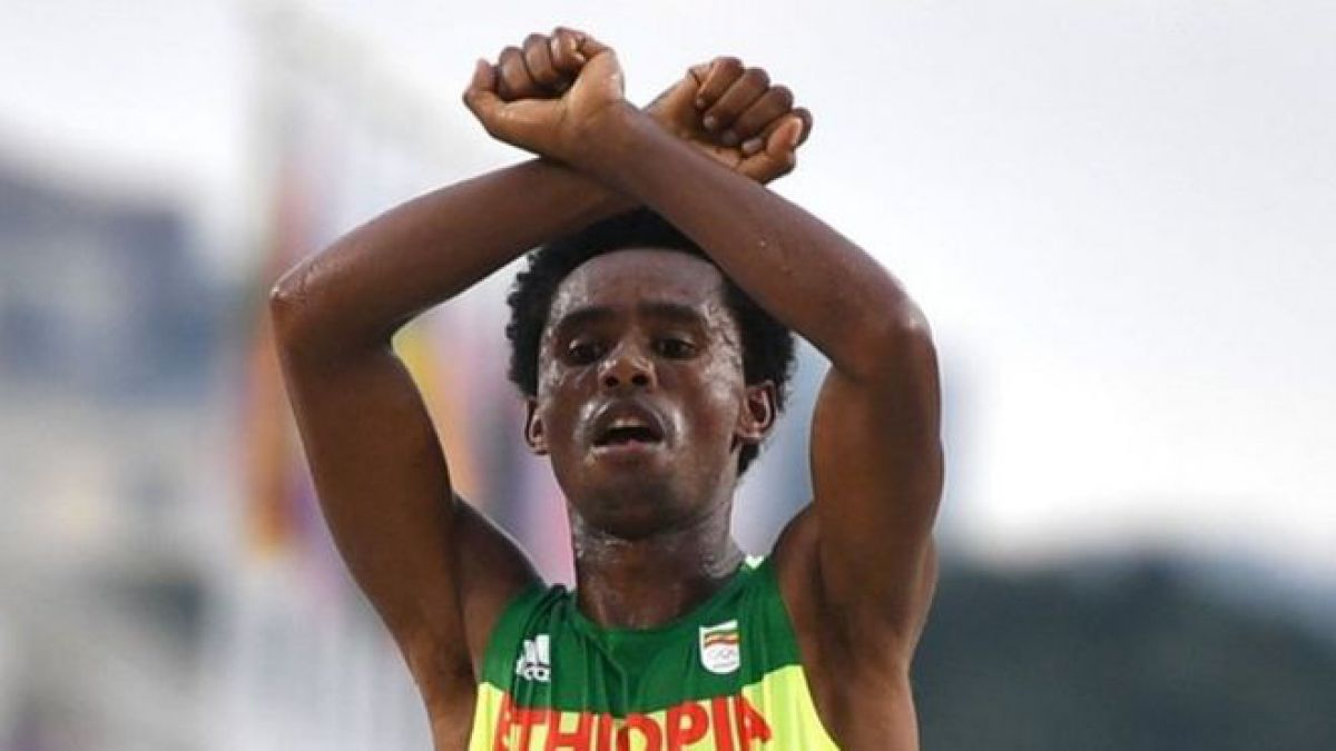Por qué un corredor de maratón de Etiopía hizo un gesto de protesta al cruzar la meta
