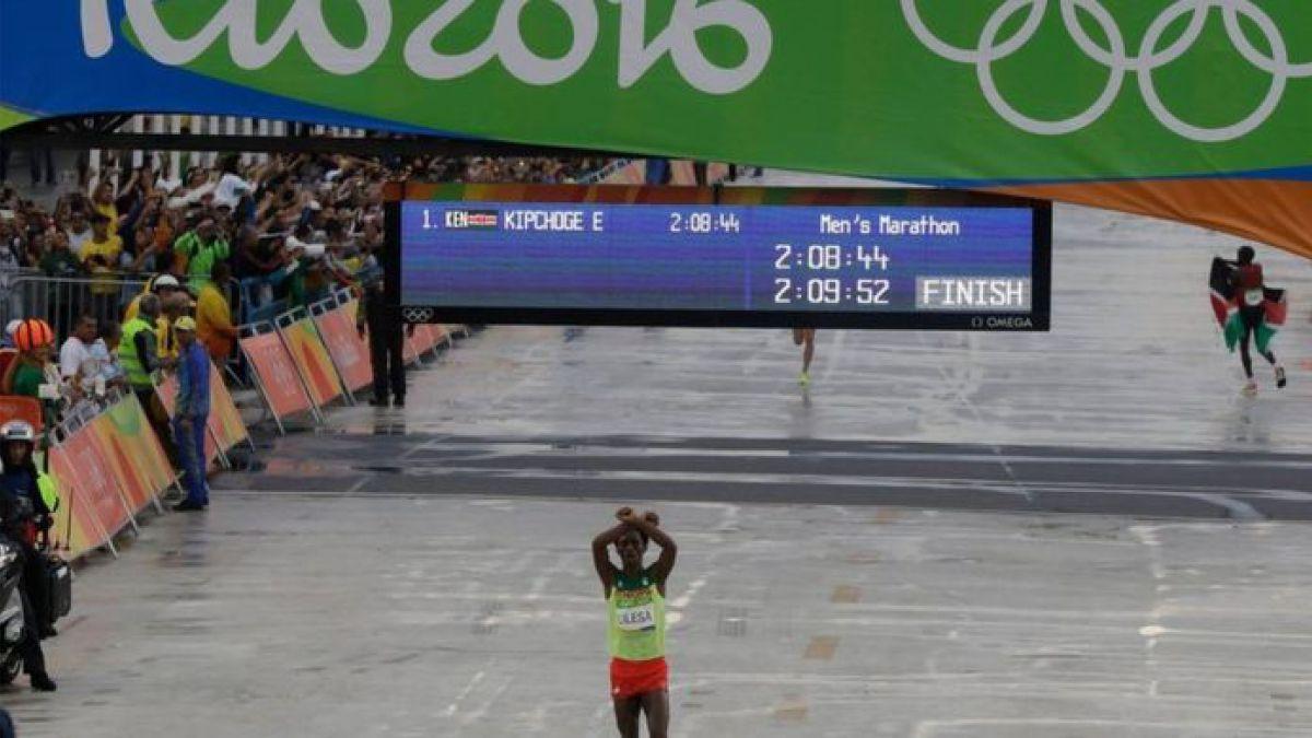 El incierto futuro del corredor etíope que ganó medalla de plata en Río pero teme regresar a su país