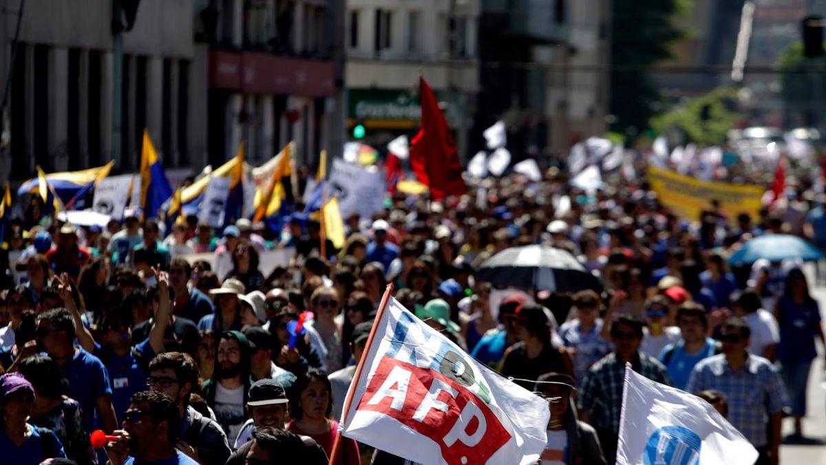 AFPs cumplen 36 años en medio de movilizaciones que piden el cambio del sistema
