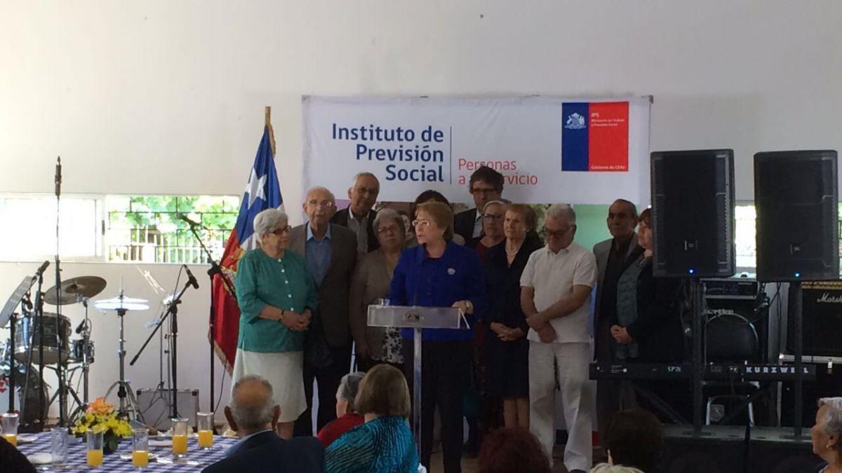 Bachelet promulga ley que reajusta pensiones básicas: a partir de 2017 se pagarán $102.897