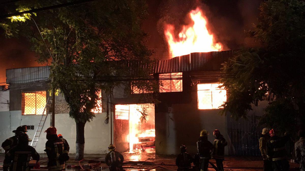 Incendio consume fábrica de muebles en la comuna de Quinta Normal