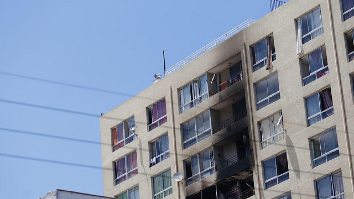 Una mujer y un niño de 3 años mueren durante incendio que afectó a edificio en Santiago