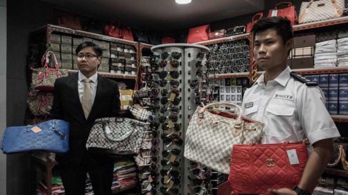 Funcionarios de la policía muestran algunos productos falsificados en un operativo en Hong Kong.