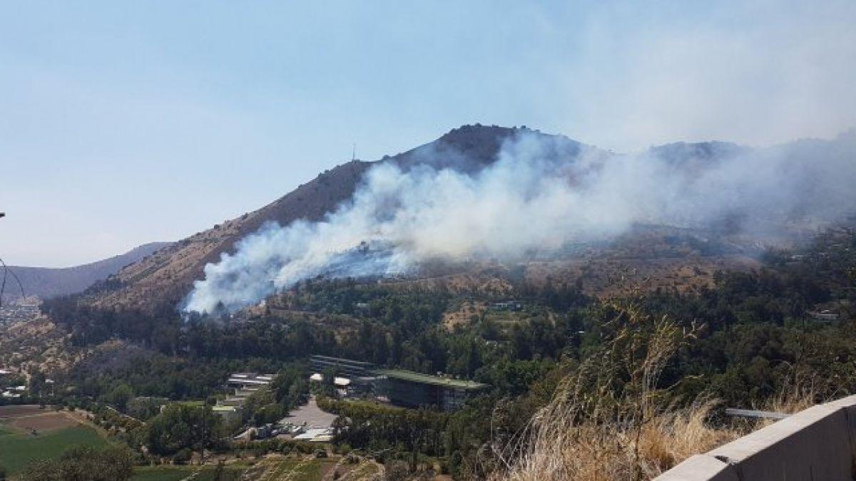 Onemi decreta alerta roja en Huechuraba por incendio forestal
