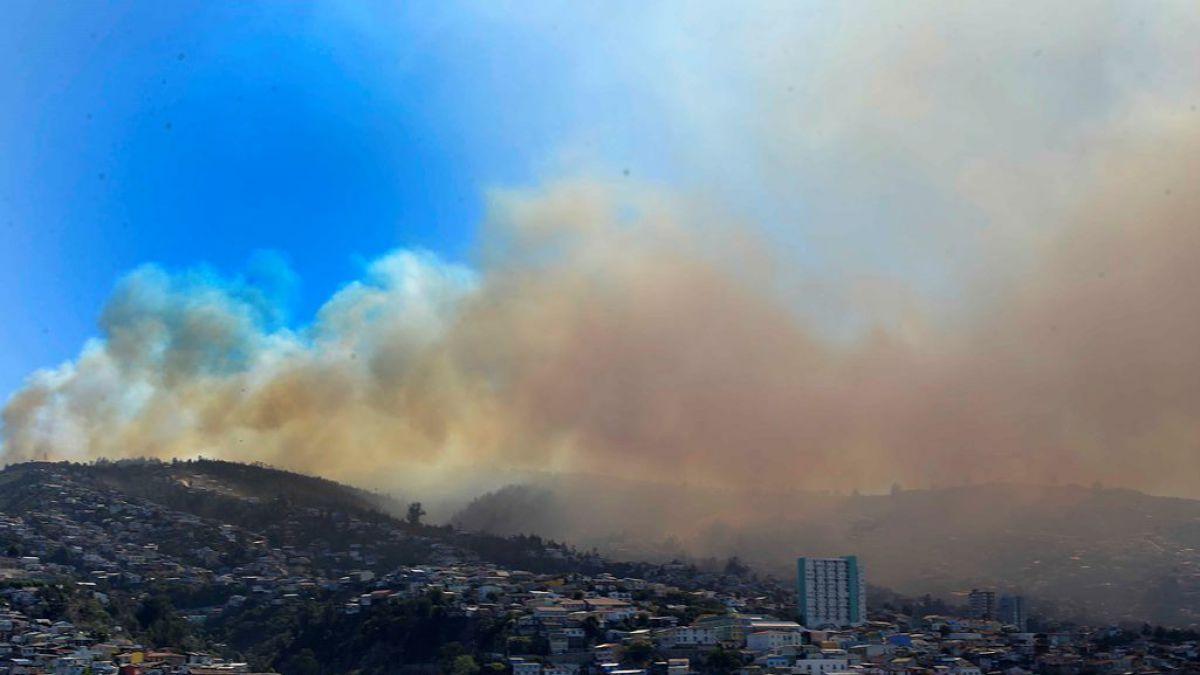Bomberos de Valparaíso declara incendio de Camino La Pólvora como superado