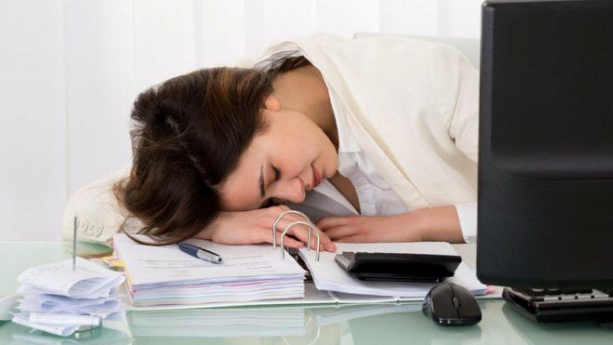 Por qué dormir la siesta en el trabajo es bueno para tu salud y tu rendimiento