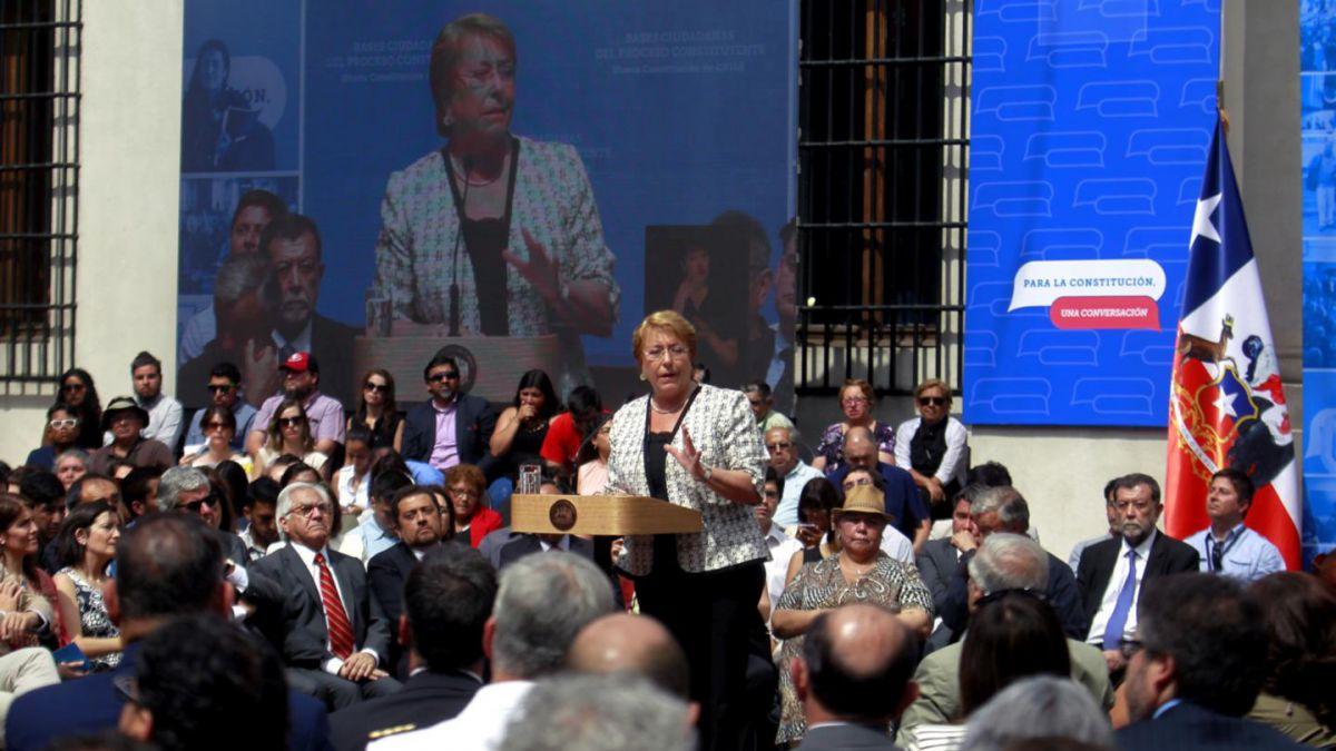 Proceso Constituyente: Bachelet recibe bases ciudadanas y compromete reforma para 2017