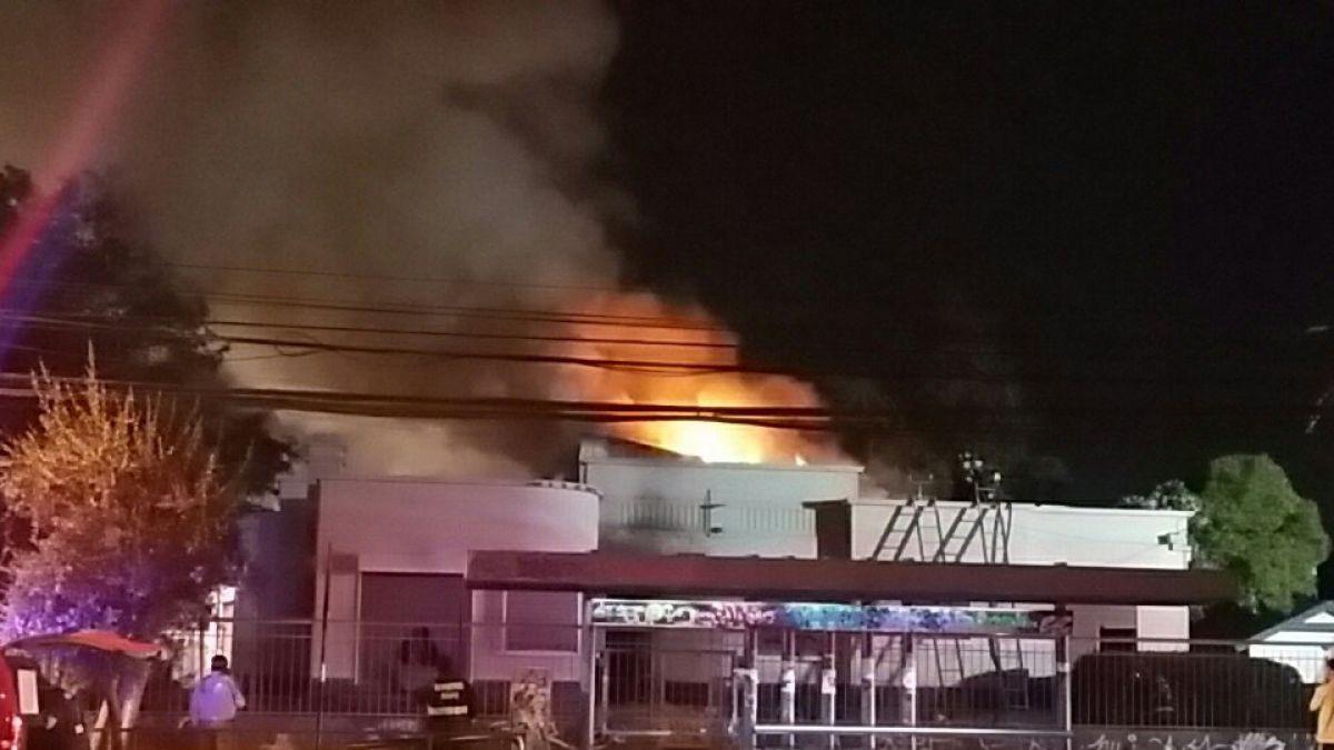Incendio afecta a oficinas del SII en Maipú